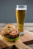 Ciérrese para arriba de la hamburguesa con la cerveza Imagen de archivo