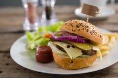 Ciérrese para arriba de la hamburguesa con la etiqueta Fotos de archivo libres de regalías