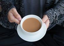 Ciérrese para arriba de la hembra que sostiene la taza de café blanca grande caliente, Concep Fotografía de archivo