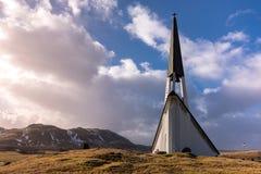 Ciérrese para arriba de la iglesia de Mosfellsbaer en Islandia en la puesta del sol imagen de archivo libre de regalías