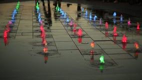 Ciérrese para arriba de la iluminación colorida de las fuentes con las luces rosadas, rojas, verdes almacen de metraje de vídeo