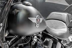 Ciérrese para arriba de la inscripción en el depósito de gasolina de la motocicleta Softail B gordo Imagen de archivo libre de regalías