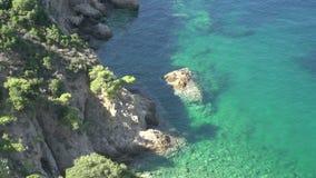 Ciérrese para arriba de la línea Thassos Grecia de la costa almacen de metraje de vídeo