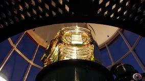 Ciérrese para arriba de la lente de Fresnel de oro hermosa dentro del faro, con las luces y las sombras magníficas como la lámpar