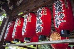 Ciérrese para arriba de la linterna roja japonesa en Sekizan Zen-en, templo japonés en Kyoto Imagenes de archivo