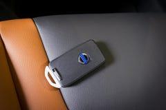 Ciérrese para arriba de la llave de Volvo en interior de cuero negro Foto de archivo libre de regalías