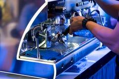 Ciérrese para arriba de la máquina del café de la limpieza del barista foto de archivo libre de regalías