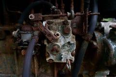 Ciérrese para arriba de la máquina vieja hecha en fábrica del acero y usada en la última máquina rota y rústica dejada encima en  foto de archivo