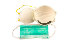 Ciérrese para arriba de la máscara blanca y de la máscara quirúrgica azul en el fondo blanco Imagenes de archivo