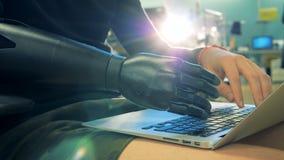 Ciérrese para arriba de la mano artificial del ` s de la persona que mecanografía en el teclado del ordenador portátil Concepto d almacen de metraje de vídeo