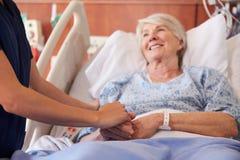 Ciérrese para arriba de la mano de Holding Senior Patient de la enfermera del hospital fotos de archivo libres de regalías