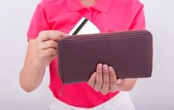 Ciérrese para arriba de la mano de la mujer que sostiene la tarjeta de crédito en cartera del amoney fotografía de archivo libre de regalías