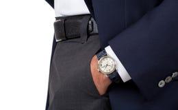Ciérrese para arriba de la mano de un hombre que lleva un reloj Imagenes de archivo