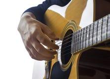 Ciérrese para arriba de la mano del guitarrista en la guitarra clásica fotos de archivo