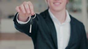Ciérrese para arriba de la mano del hombre que da una llave del coche almacen de metraje de vídeo