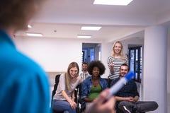 Ciérrese para arriba de la mano del profesor con el marcador Imágenes de archivo libres de regalías