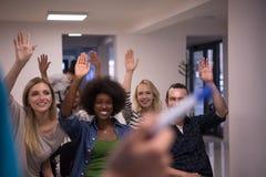 Ciérrese para arriba de la mano del profesor con el marcador Fotos de archivo