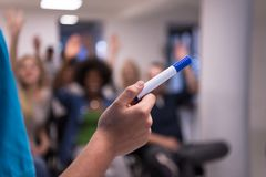 Ciérrese para arriba de la mano del profesor con el marcador Fotografía de archivo libre de regalías