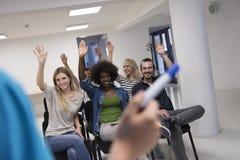 Ciérrese para arriba de la mano del profesor con el marcador Imagen de archivo