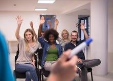 Ciérrese para arriba de la mano del profesor con el marcador Foto de archivo libre de regalías