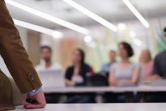 Ciérrese para arriba de la mano del profesor mientras que enseña en sala de clase Imagen de archivo libre de regalías