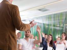 Ciérrese para arriba de la mano del profesor mientras que enseña en sala de clase Fotos de archivo libres de regalías