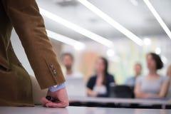 Ciérrese para arriba de la mano del profesor mientras que enseña en sala de clase Imagenes de archivo