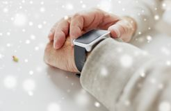 Ciérrese para arriba de la mano del viejo hombre con la píldora y el reloj elegante Fotos de archivo