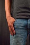 Ciérrese para arriba de la mano derecha con el finger grande en un bolsillo de su bl Imagenes de archivo