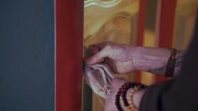 Ciérrese para arriba de la mano femenina que limpia la pared clip Concepto de la limpieza metrajes