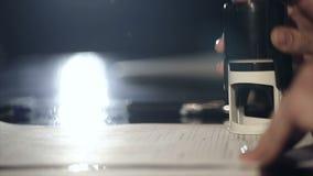 Ciérrese para arriba de la mano femenina que pone un sello en el contrato Cámara lenta almacen de metraje de vídeo