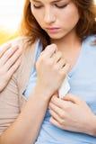 Ciérrese para arriba de la mano gritadora del adolescente y del amigo Imagen de archivo