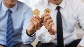 Ciérrese para arriba de la mano humana que muestra el bitcoin foto de archivo