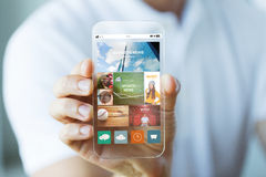 Ciérrese para arriba de la mano masculina con noticias en smartphone Foto de archivo libre de regalías