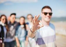 Ciérrese para arriba de la mano masculina que muestra muy bien cantan con los fingeres Foto de archivo