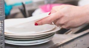 Ciérrese para arriba de la mano que hace platos Fotos de archivo