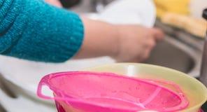 Ciérrese para arriba de la mano que hace platos Foto de archivo libre de regalías