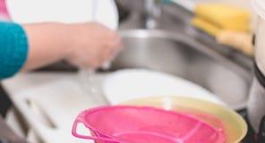 Ciérrese para arriba de la mano que hace platos Fotografía de archivo