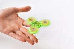 Ciérrese para arriba de la mano que juega con el hilandero de la persona agitada Fotos de archivo libres de regalías