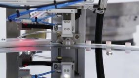Ciérrese para arriba de la maquinaria automatizada para los tops apropiados a los envases almacen de metraje de vídeo