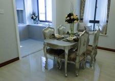 Ciérrese para arriba de la mesa redonda con los vidrios y la cuchillería Fotos de archivo libres de regalías