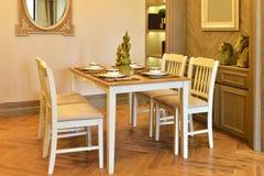 Ciérrese para arriba de la mesa redonda con los vidrios y la cuchillería Foto de archivo libre de regalías