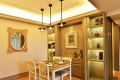 Ciérrese para arriba de la mesa redonda con los vidrios y la cuchillería Imagen de archivo libre de regalías