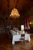 Ciérrese para arriba de la mesa redonda con los vidrios y la cuchillería Fotografía de archivo