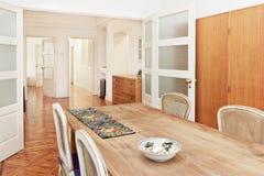 Ciérrese para arriba de la mesa redonda con los vidrios y la cuchillería Imágenes de archivo libres de regalías