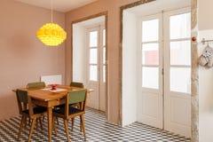 Ciérrese para arriba de la mesa redonda con los vidrios y la cuchillería Fotografía de archivo libre de regalías
