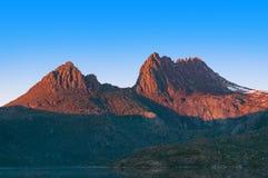 Ciérrese para arriba de la montaña iluminada por el sol de la cuna en salida del sol imagenes de archivo