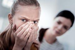 Ciérrese para arriba de la muchacha asustada que cubre su cara con las manos Fotografía de archivo