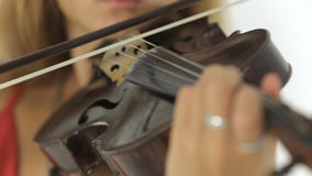 Ciérrese para arriba de la muchacha hermosa que toca el violín almacen de metraje de vídeo