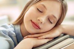 Ciérrese para arriba de la muchacha menuda que duerme en los libros Imágenes de archivo libres de regalías